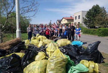 Credit Agricole świętuje Dzień Ziemi i sprząta tereny zielone